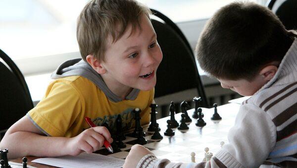 Дзеці гуляюць у шахматы - Sputnik Беларусь