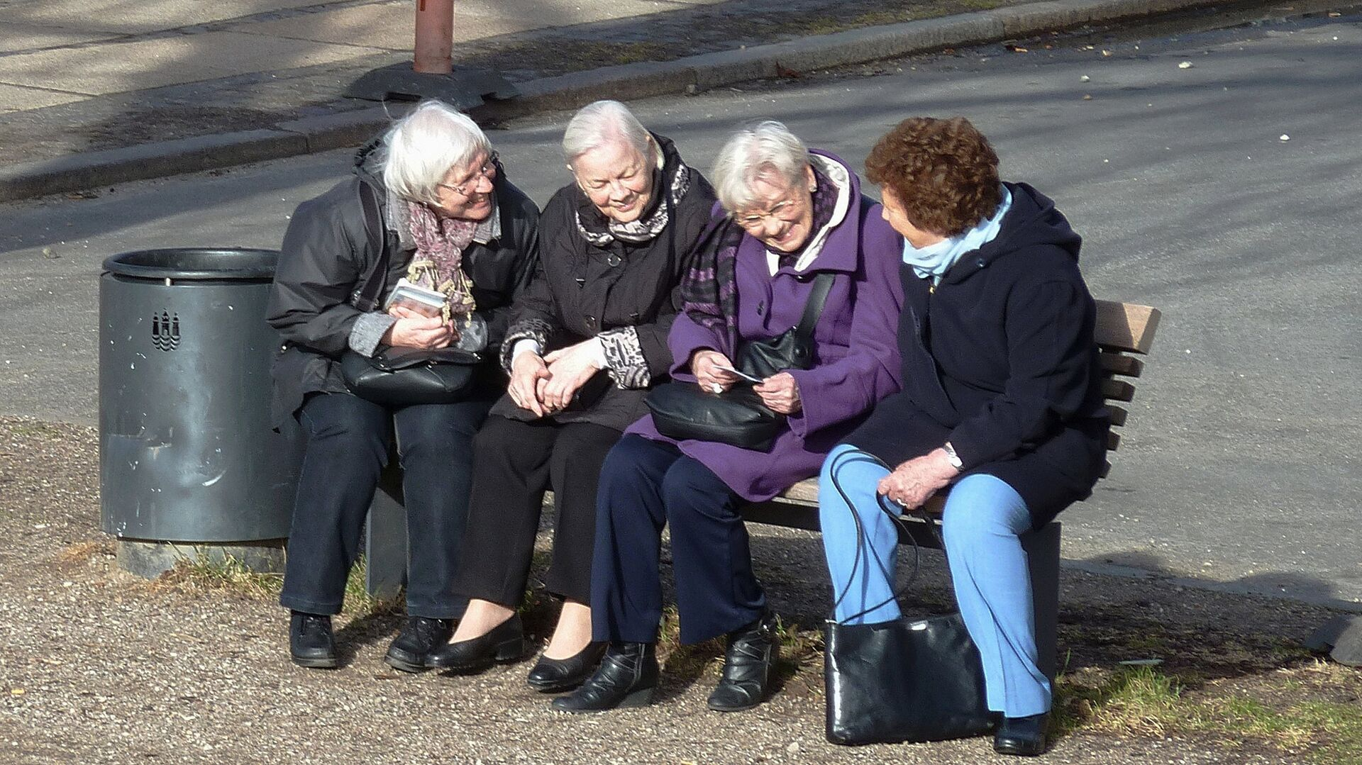 Пожилые женщины на сидят скамейке, архивное фото - Sputnik Беларусь, 1920, 21.09.2021