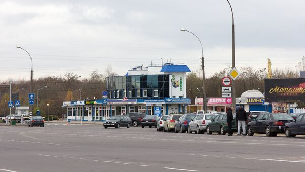 Водители возле своих автомобилей в очереди на белорусско-польской границе - Sputnik Беларусь