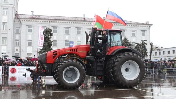7 ноября возле Минского тракторного завода презентовали самый мощный трактор в мире Беларусь 45-22 весом 18 тонн - Sputnik Беларусь