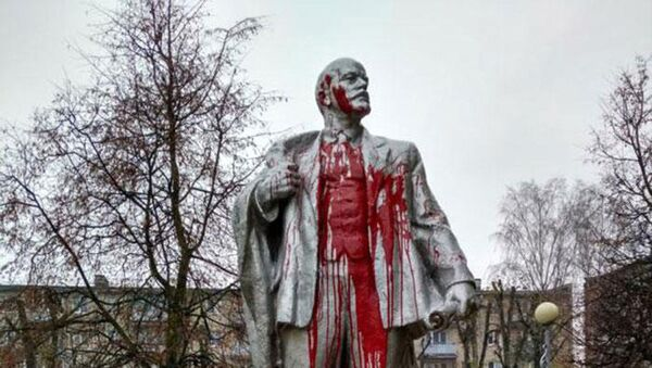 Памятник Ленину в Лиде облили красной краской - Sputnik Беларусь