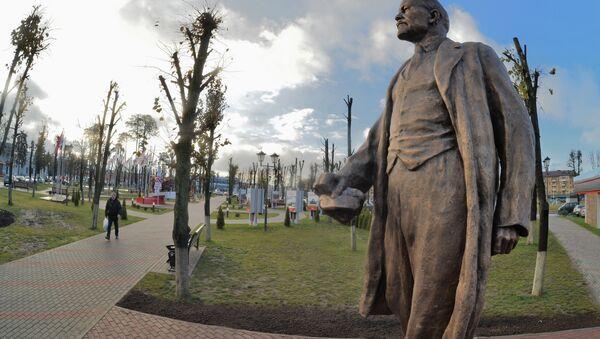 Памятник Ленину вернули в сквер перед заводской проходной по просьбам ветеранов-тракторостроителей - Sputnik Беларусь