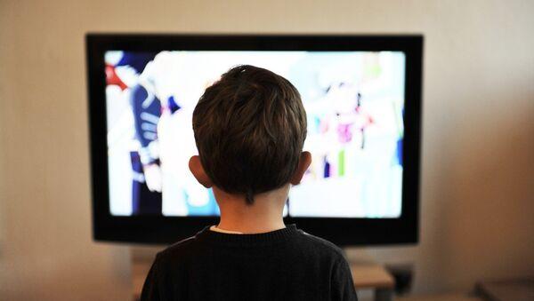 Ребенок смотрит телевизор - Sputnik Беларусь