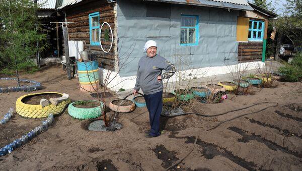 Женщина-дачница возле своего дома - Sputnik Беларусь