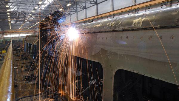 Рабочий на вагоноремонтном заводе - Sputnik Беларусь