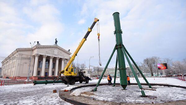 На цэнтральнай плошчы Гомеля пачалі збіраць ёлку - Sputnik Беларусь