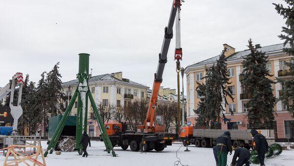 Галоўную навагоднюю ёлку пачалі ўстанаўліваць у Брэсце - Sputnik Беларусь