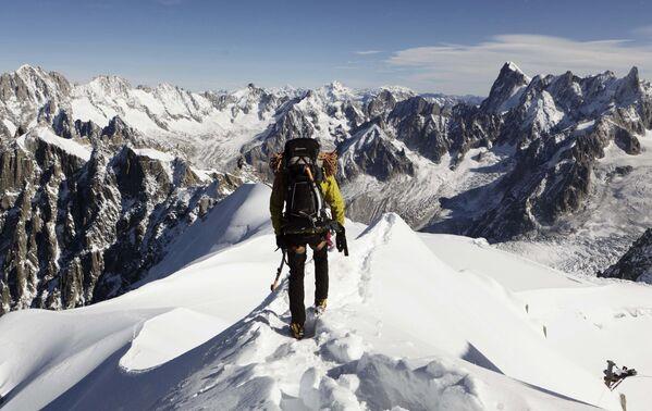 Альпинист на вершине Эгюий-дю-Миди (3842 м над уровнем моря) в западной части массива Монблан, Западные Альпы.Весь мир на ладони! Ты счастлив и нем и только немного завидуешь тем, другим, у которых вершина еще впереди. - Sputnik Беларусь