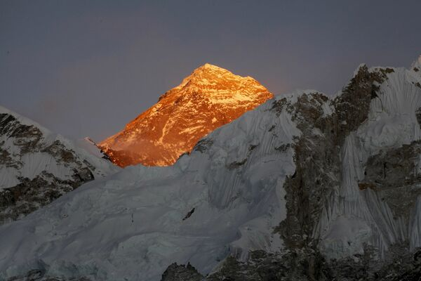Джомолунгма, или Эверест – высочайшая вершина Земли (8848 метров над уровнем моря)....и спускаемся вниз с покоренных вершин, оставляя в горах, оставляя в горах свое сердце.  - Sputnik Беларусь