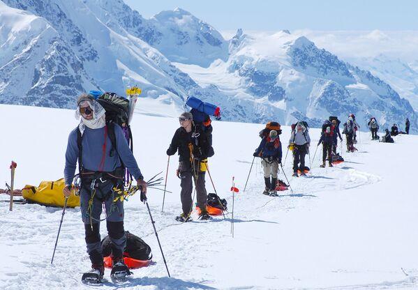 Альпинисты идут по гребню горы по маршруту на Денали (Мак-Кинли) на Аляске, высота которой 6190 метров.Надеемся только на крепость рук, на руки друга и вбитый крюк и молимся, чтобы страховка не подвела... - Sputnik Беларусь