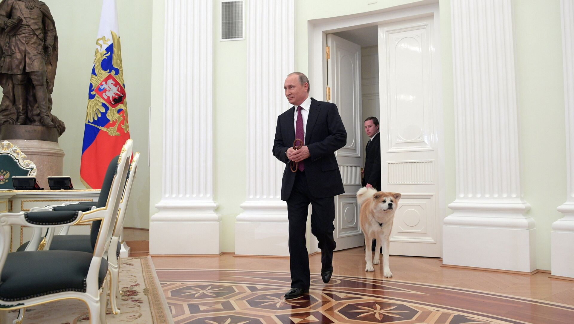 Президент РФ Владимир Путин с собакой Юмэ породы акита-ину перед началом интервью в Кремле  - Sputnik Беларусь, 1920, 24.04.2021