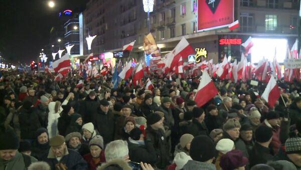 Дзясяткі тысяч чалавек прайшлі маршам пратэсту па Варшаве - Sputnik Беларусь
