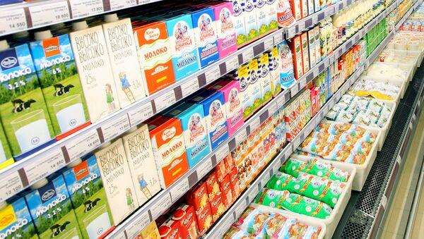 Молоко в гипермаркете, архивное фото - Sputnik Беларусь