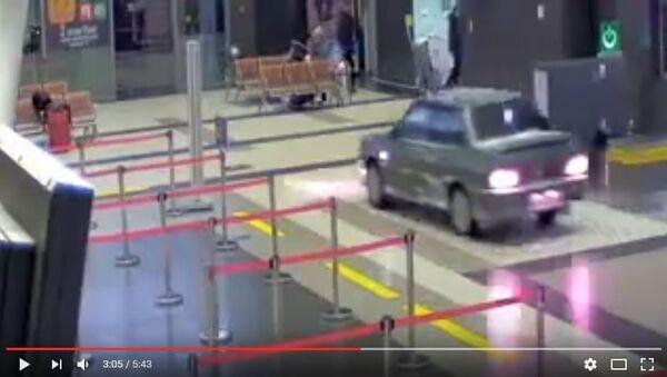 ВАЗ-2115 раз'язджае па тэрміналу аэрапорта Казань - Sputnik Беларусь