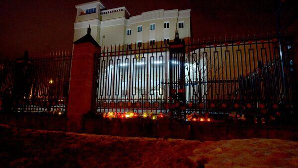 Беларусы нясуць кветкі да будынка пасальства Расіі ў Мінску - Sputnik Беларусь