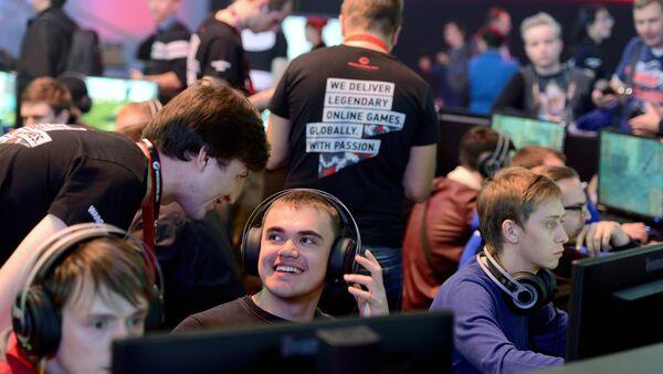 Посетители играют в компьютерные игры в игровой зоне компании Wargaming - Sputnik Беларусь