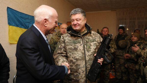 Порошенко вручает автомат Маккейну - Sputnik Беларусь