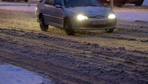 Машина на дороге во время снегопада - Sputnik Беларусь