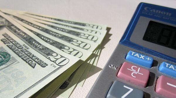 Калькулятор и доллары, архивное фото - Sputnik Беларусь