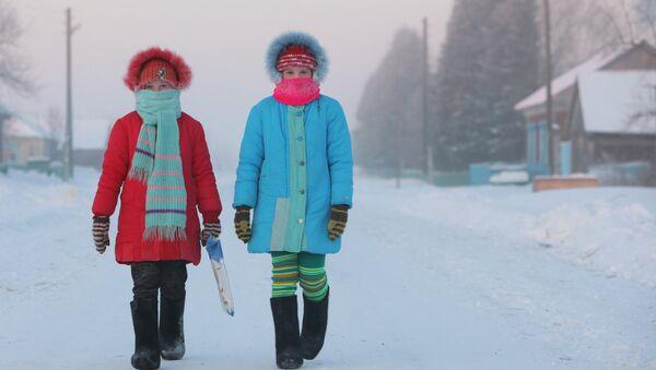 Девочки на улице во время мороза - Sputnik Беларусь