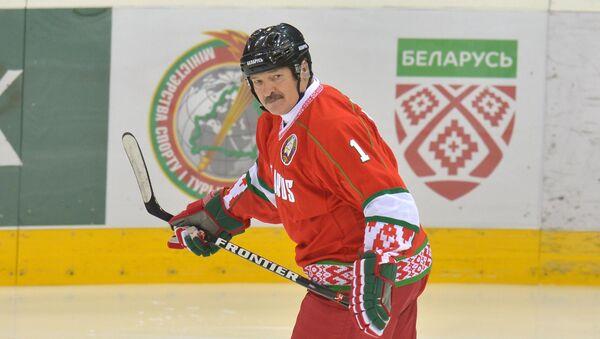 Президент Беларуси Александр Лукашенко играет в хоккей - Sputnik Беларусь