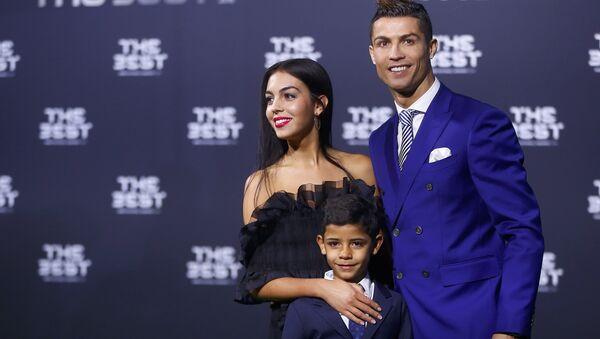 Португальский футболист Криштиану Роналду с сыном и девушкой - Sputnik Беларусь
