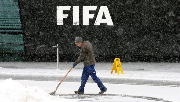 Уборка снега у штаб-квартиры ФИФА в Цюрихе - Sputnik Беларусь