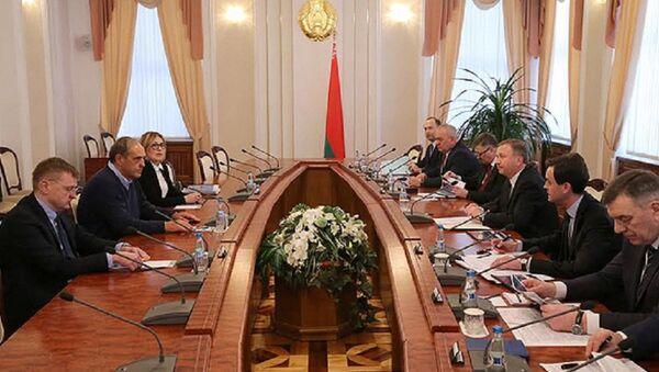 Премьер-министр Беларуси Андрей Кобяков встретился с владельцем группы компаний Кроноспан Питером Кайндлом - Sputnik Беларусь