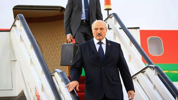 Александр Лукашенко спускается по трапу самолета - Sputnik Беларусь