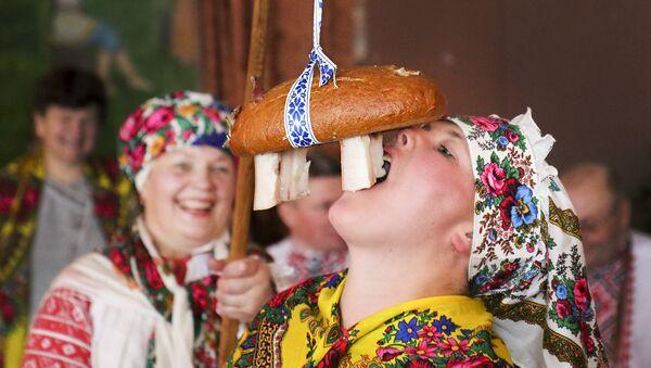 Старажытны абрад Цягнуць Каляду на дуба - Sputnik Беларусь