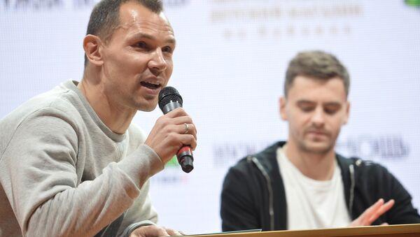 Футбалісты ПФК ЦСКА чытаюць кнігі дзецям - Sputnik Беларусь