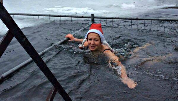 Ірына Дзяргач плавае на Камсамольскім возеры 1 студзеня 2017 года - Sputnik Беларусь