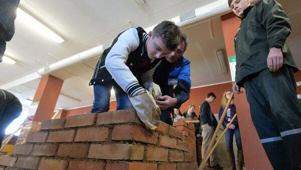 Каменщики тренируются делать кладку в лицее - Sputnik Беларусь
