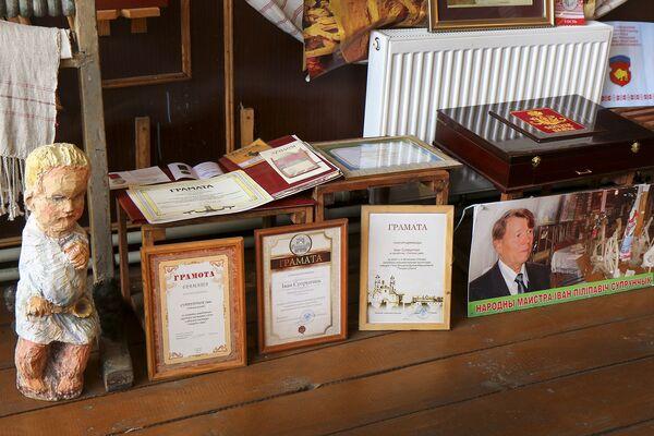 У 2001 годзе майстар удастоены спецыяльнай прэміі прэзідэнта За духоўнае адраджэнне. У 2009 годзе за вялікі асабісты ўклад у захаванне гісторыка-культурнай спадчыны яму прысвоена званне Ганаровы грамадзянін Столінскага раёна. - Sputnik Беларусь