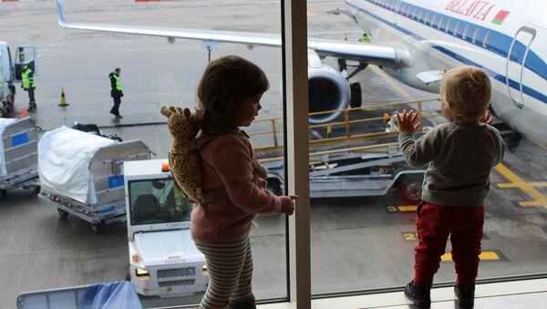 Погрузка багажа в самолет Белавиа - Sputnik Беларусь