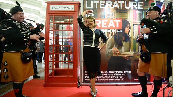 Амбасадар Вялікабрытаніі станцавала пад валынку на кніжнай выставе - Sputnik Беларусь