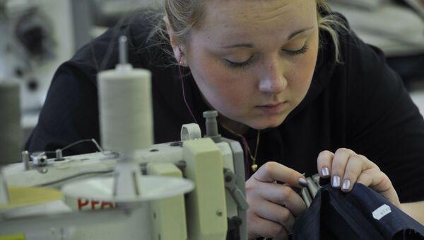 Сотрудница пошивочного цеха - Sputnik Беларусь