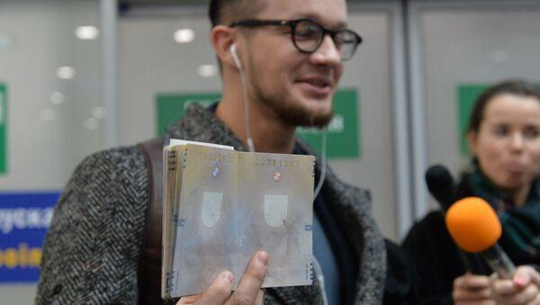Гражданин Литвы демонстрирует страницу в паспорте без визы - Sputnik Беларусь