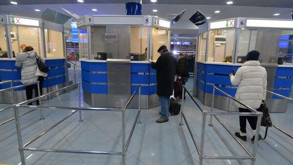 Пассажиры в аэропорту Минск - Sputnik Беларусь