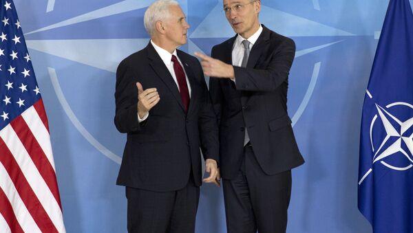 Вице-президент США Майк Пенс (слева) и генсек НАТО Йенс Столтенберг - Sputnik Беларусь