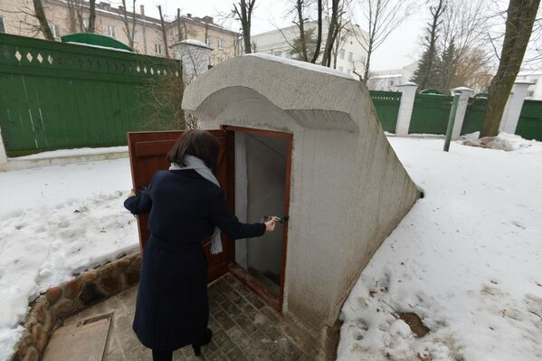 Супрацоўніца музея адчыняе Склеп - Sputnik Беларусь