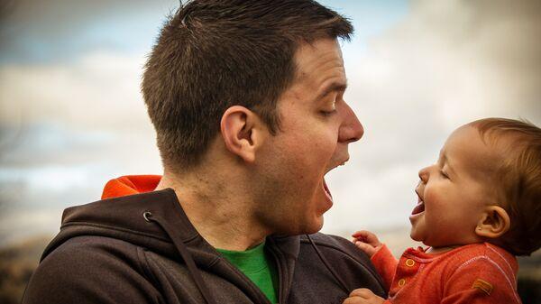 Отец с маленьким ребенком - Sputnik Беларусь