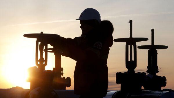 Поставки нефти из РФ в Беларусь сократились почти на треть - Sputnik Беларусь