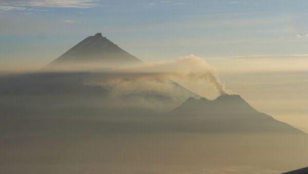 Вулкан Камень (злева) і вулкан Безыменны (справа) - Sputnik Беларусь