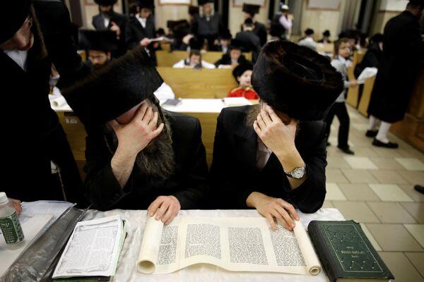 Ультра-ортодоксальные евреи читают из книги Эстер во время Пурима в синагоге в Ашдоде - Sputnik Беларусь