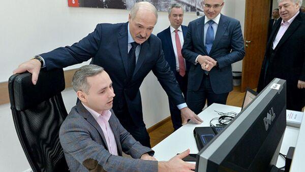 Прэзідэнт Беларусі Аляксандр Лукашэнка ў час наведвання IT-кампаній - Sputnik Беларусь