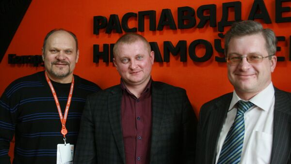 Ведущий радио Sputnik Беларусь Вячеслав Шарапов и политологи Алексадр Шпаковский и Павел Потапейко - Sputnik Беларусь