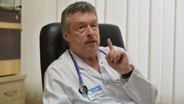 Главное для родителей - доверять врачу. Чеснов убежден, что лечение ребенка - командная работа, где родители, доктор и медсестра - в одной сборной - Sputnik Беларусь