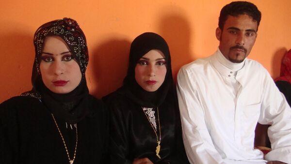 22-летний иракский фермер Рахман аль-Обдейди со своими двумя женами, архивное фото - Sputnik Беларусь