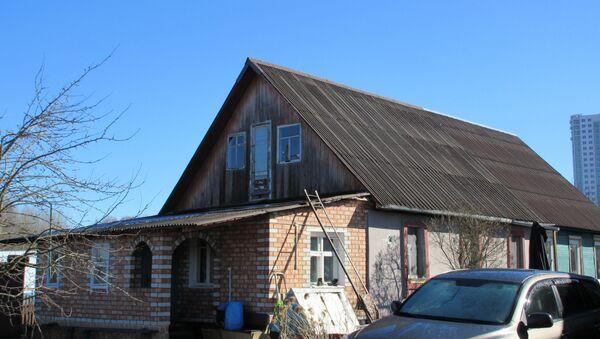 В этом доме прописано одиннадцать человек, застройщик определил для них новую жилплощадь, но она не устраивает жильцов - Sputnik Беларусь
